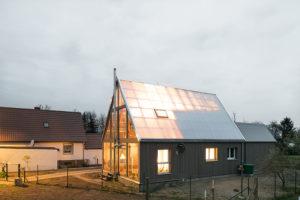 Der Umbau eines 1930er-Ziegelhauses mit transparenter Hülle aus Polycarbonatplatten.