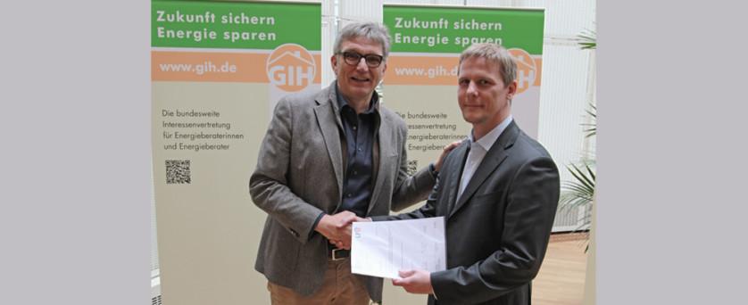 LFE-Vorstandsmitglied R. Piterek überreicht GIH-Vorsitzenden J. Leppig Aufnahmeantrag